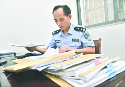 昨日18时许,张国斌仍在办公室里查阅案卷 记者李永刚 摄