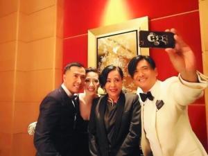甄子丹/周润发夫妇和甄子丹夫妇自拍大头照,发哥手里拿的手机还套着...