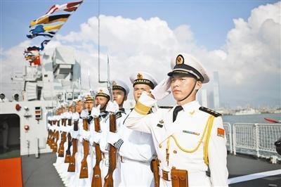 舰艉的海军旗同时升起