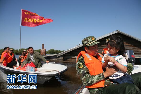 黑龙江省武警官兵紧急救援高滩岛(图)