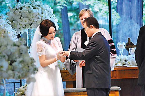 刘晓庆美国结婚_羊城晚报           刘晓庆与71岁富豪丈夫王晓玉20日在美国办婚礼的