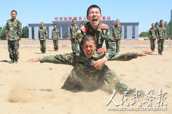 士气高昂。图片来源:人民武警报   为深入贯彻落实习主席能打仗、打胜仗的指示精神,不断提高部队战斗力、凝聚力,武警8634部队牢牢把握军事训练黄金时段,全面掀起单兵专业训练热潮,努力打造一支作风顽强、能打胜仗的精锐部队。   这个部队始终把军事训练作为部队的中心工作,召开专题会议进行动员部署,要求官兵在训练时必须从实战出发,真正练就样样过硬的精兵强将,积极引导官兵牢固树立有第一就争,见红旗就扛的思想,叫响谁英雄谁好汉,训练场上比比看的口号,掀起了军事训练热潮,切实提升训练效果。各级一线带兵