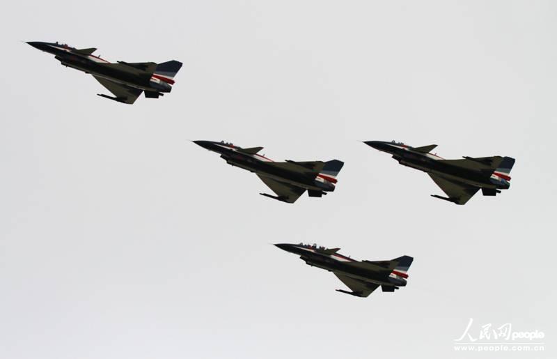 10 图为中国空军八一飞行表演队的歼十战机进行四机特技编队表演.