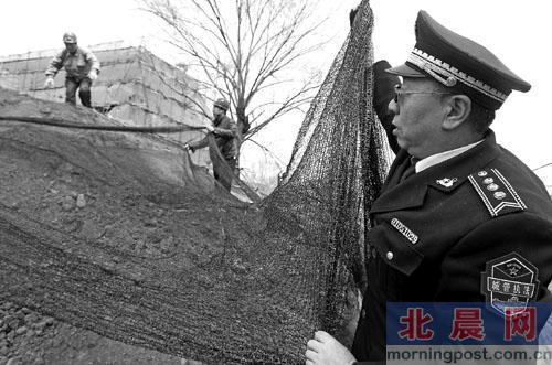北京市住建委负责人称工地年内全装探头盯扬尘-中新