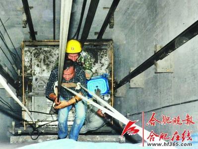 一名电梯维保人员利用安全绳从四楼降落在电梯的顶部
