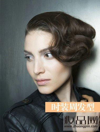 时装周中大卷发型盘点 柔情卷发将妩媚进行到底(4)