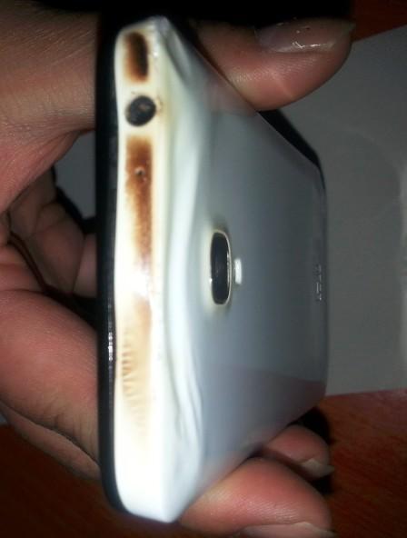 网传小米手机充电时自燃 被子枕头被烧糊(图)