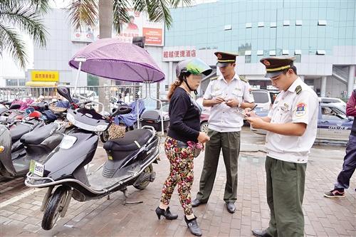 南宁整治两轮摩托车和电单车非法营运行为-中新网