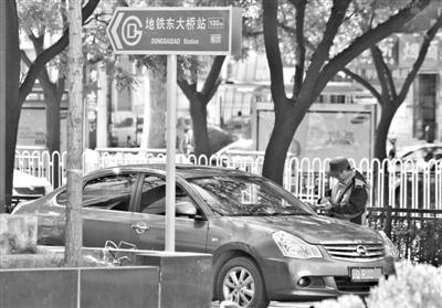 北京一黑停车场收费4年 记者投诉被建议先交钱