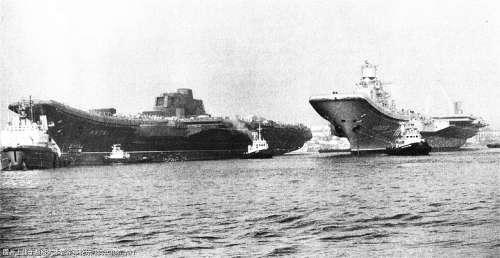 """""""瓦良格""""号(左)与""""库兹涅佐夫""""号在黑海造船厂的合影"""