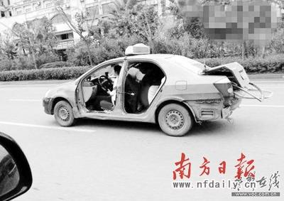 女子驾无门出租淡定过闹市 轮胎干瘪保险杠脱落