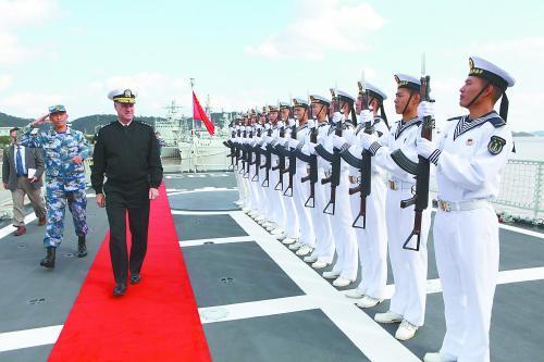 美国海军作战部副部长福格森14日访问东海舰队并参观新型舰艇。图为福格森检阅仪仗队。