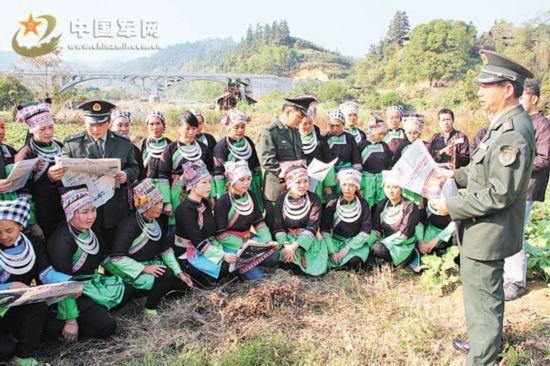 凯里军分区官兵向侗族群众宣讲三中全会精神(