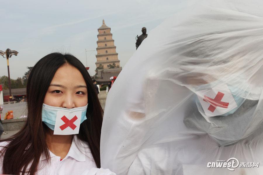 西安志愿者街头包裹白色塑料布 倡低碳拒绝雾