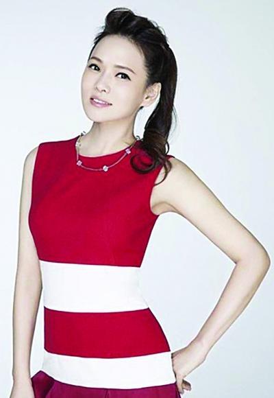 马尾红色衣服穿短裙女