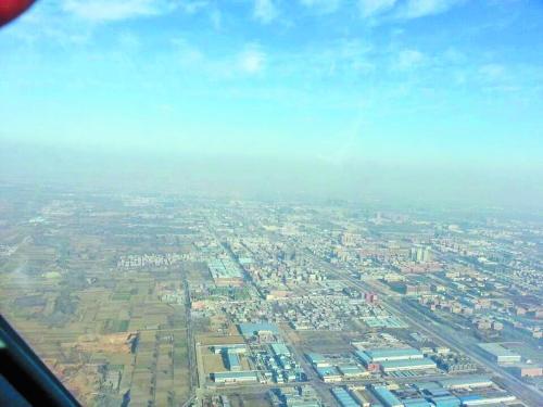 郑州 从新郑龙湖镇的高空看,雾霾将大地与天空隔开.