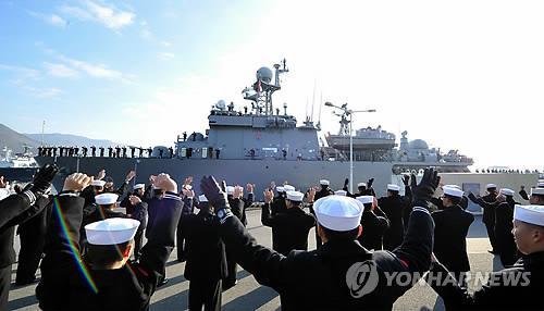 """加入14国结合反叛雷军事练习的韩国""""元山号""""等27日从庆尚南道镇海港起航。(来历:韩联社)"""