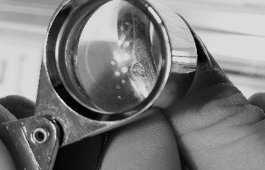 扩大镜下可见钻戒上钻石已开裂。本报记者 刘倩雯 杨金金 摄