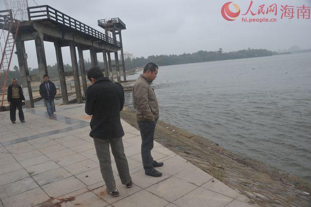 10日上午��海局部市民在�f泉河大�巫蠼��z察�f泉河水�|