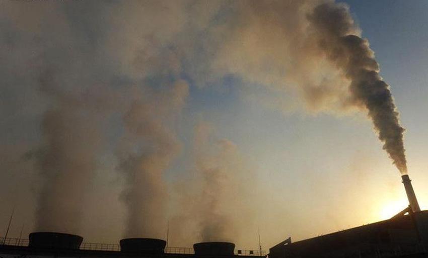 一家化工场好几个烟囱都在冒烟。