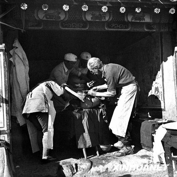 白求恩在晉察冀邊區淶源縣臨時手術室里,為傷員做手術(資料照片)。 圖片:新華社發