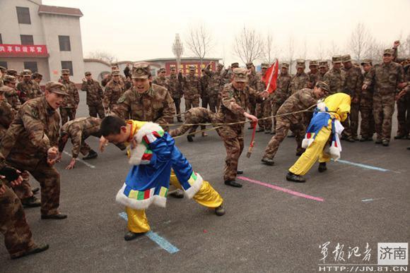 济南军区高炮团为藏族新兵过年(图)