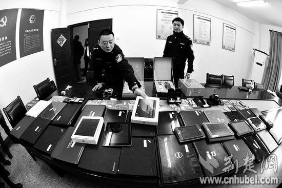 图为:警方展现郑某所盗得的赃物
