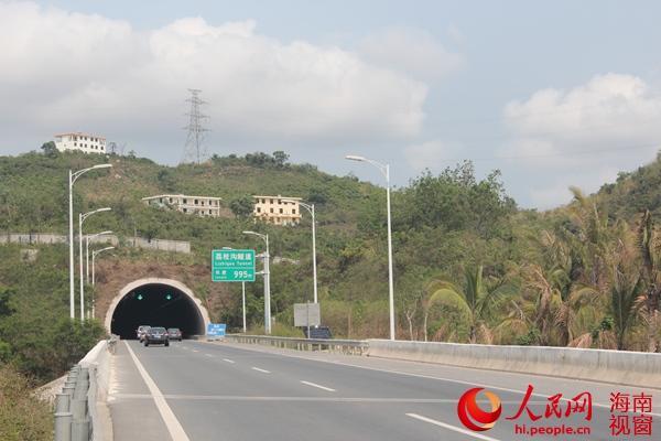 海南三亚高速隧道上方矗立3栋楼房