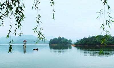 商城汤泉池:温泉湖上泛轻舟