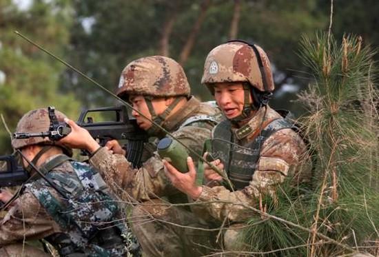 对抗演练中,徐龙祥及时将战况报告指挥部。刘青松 摄   步兵信息化转型 强调一战多能人装结合   记者:我们在投身强军实践方面有没有比较独到的一些做法能够,把这个兵练的比原来更好?   徐龙祥:结合部队的转型,我们感觉到提升战斗模块,还是从我单兵、单装,也就是连级、排、班这三级的战术运用去下工夫。我们作为步兵单位,多样化任务,把一些特战技能融入到平时的训练,使战士掌握一些步兵以外特别是一些特战的技能科目。比如说特种爆破、特种战术、特种射击等一些特战技能,它能充实我们单兵的作战技能,能够适应更多的作战环境