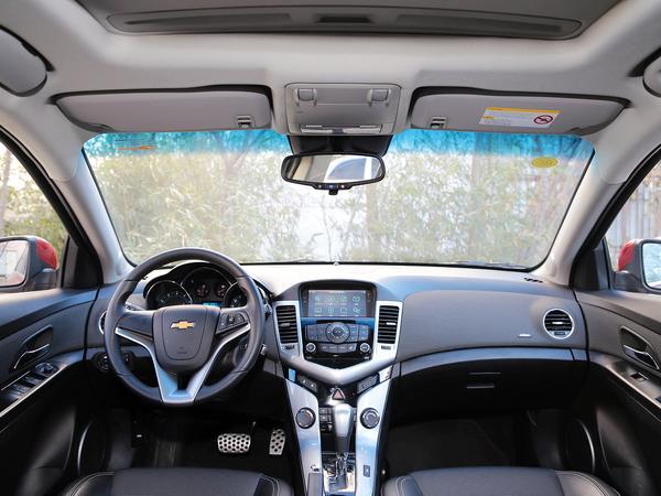 外观:科鲁兹作为雪佛兰新生代紧凑型代表之作,外观设计动感高腰线轿跑车车身比例设计,金色领结状车标凸显雪佛兰家族新一代特色。   内饰:内饰方面应用了双包围的双座驾驶舱的内饰设计概念,运动型座椅,盾形中控台,炮筒式运动仪表动感、前卫,整个的格局非常具有科技感,而且2011款升级为电动助力转向。   动力:科鲁兹搭载的1.