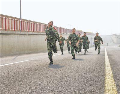 部队蹲姿_军人体能训练一般都有哪些项目?/? 达标标准呢?-