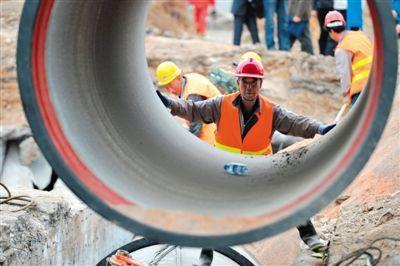 昨天,开工职员在停止输水管道敷设功课。兰州正在对发觉苯超标的两条自流沟管道辨别从新敷设,新管线将保城区15年至20年供程度安。新华社记者 陈斌 摄