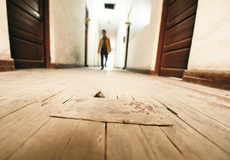 通城县委办公楼是一栋已用了60多年的两层小楼  办公室的木门多处腐烂  油漆斑驳的木地板上打着补丁   水泥地面磨得露出坑槽,木地板上补丁摞补丁,屋檐上的椽木已经腐烂记者日前在咸宁采访时看到,通城县县委、县政府的两栋老旧办公楼,隐于该县行政服务中心、通城一中、人民医院等公共设施中,显得寒碜。   县委办公楼是上世纪50年代建的两层瓦房,县政府办公楼是上世纪80年代初建的4层砖混结构楼房。两栋楼使用的时间加起来已近100年。当地政府人士介绍。与之形成鲜明对比的,是当地花巨资改造的中小学、新建的6万