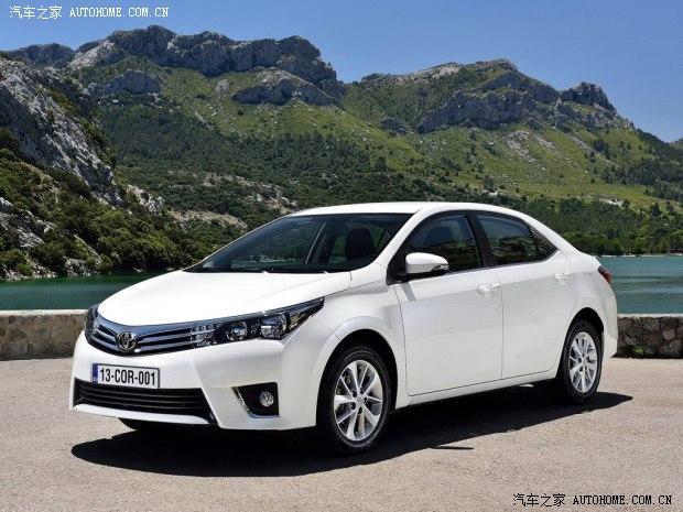 日前,丰田官方宣布了2014北京车展的参展阵容,将有一汽丰田国产新一代卡罗拉、广汽丰田全新紧凑型车以及两款概念车首次亮相北京车展。    一汽丰田国产新一代卡罗拉     『一汽丰田国产新一代卡罗拉谍照』   通过之前曝光的谍照来看,一汽丰田国产新一代卡罗拉的外观与新一代欧版卡罗拉基本相似,前脸采用V字形镀铬中网,并与大灯相连。车尾部分,整车尾部线条紧凑而动感,长条尾灯形状锐利,与前大灯相互呼应。    『欧版新一代卡罗拉』   动力方面,一汽丰田国产新一代卡罗拉或提供1.