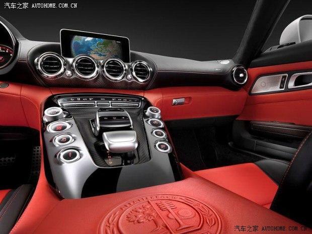 近日,海外媒体曝光了一组奔驰AMG GT跑车的内饰官图。据了解,这款新车暂被定名为AMG GT(最终命名还需等待官方确认),并且奔驰AMG GT跑车将在今年10月开幕的巴黎车展中发布。    从图中我们可看出,奔驰AMG GT跑车的内饰整体采用了黑/红配色方案。新车装配有带换挡拨片的三辐运动方向盘、炮筒式仪表盘、大尺寸竖立式显示屏、奔驰最新的触控式COMAND信息控制系统,同时挡把两侧的功能按键采用了圆形/旋钮式设计。此外,中控台还采用了碳纤维面板装饰。    动力方面,这款奔驰AMG GT跑车将提供