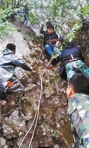 陕西7名初中生登山被困悬崖 1人坠亡多人遇险