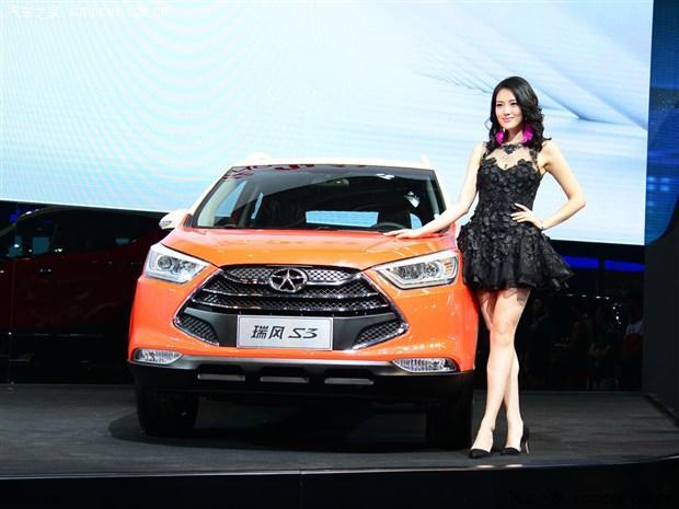 在2014北京车展上,江淮汽车旗下一款小型SUV瑞风S3发布。新车此前曾被称为和悦S30,但从最新信息来看,该车将定名为瑞风S3推出。     外观方面,相比此前的和悦S30,瑞风S3变化比较大,前脸设计非常凶狠,其采用了大嘴式六边形的进气格栅,并搭配三根镀铬条装饰。大灯的造型较为犀利,近光灯还配备了透镜。前/后保险杠则使用黑色涂装。采用镀铬材质包边的后雾灯嵌入在后包围中,显得格外抢眼。     新车前/后保险杠则延用黑色涂装,同时后保险杠还融入有灯组设计,结合镀铬框以及黄色面板装饰,新车后保险杠显