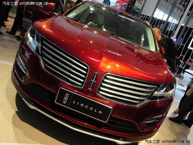 在2014北京车展的现场,林肯最新的紧凑型SUVMKC正式发布,这款车将于年内入华。     林肯MKC的外观采用了林肯最新的设计理念。前进气格栅为多辐条镀铬设计,与前格栅相连的前大灯带有LED日间行车灯,雾灯同样采用LED光源。     MKC的内饰设计看起来时尚且充满豪华感,三辐式多功能方向盘带有换挡拨片。配备大尺寸液晶屏的中控台看起来很简洁。新车的内饰采用了真皮和实木材料打造,双色的设计让新车的内饰看起来很舒服。MKC采用了换挡按键设计,按键位于中控液晶屏左侧。      动力方面,林肯MKC