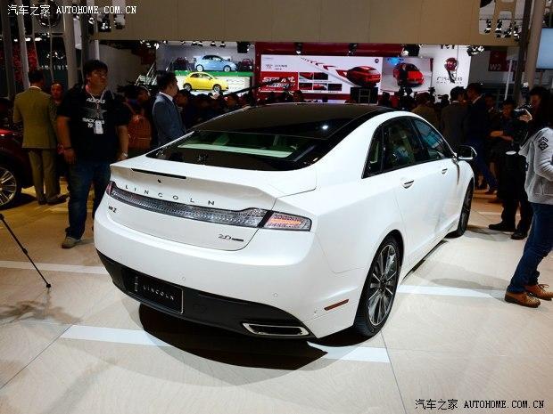 在2014北京车展上,林肯带来了最新的MKZ车型。新车计划于今年秋季引入到我国。       MKZ则是林肯旗下的入门级豪华中型车,这款车外观设计豪华且不失前卫。新车前脸采用分段式前进气格栅,并与两侧灯组相连。车尾一体式的扰流板设计、贯穿式尾灯极具视觉冲击力。内装方面,新车车内采用深浅相搭配的内饰颜色,整体凸显出豪华且优雅的气质。      动力方面,MKZ将搭载2.