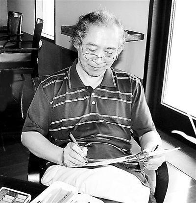退休后朱自尊一直在创作各国领导人漫画 摄影/本报记者  孙静