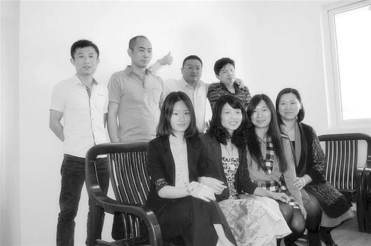 图为:杨鹏(后排左三)和他的创业团队图片