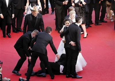 《驯龙高手2》戛纳首映 粉丝钻女星裙底(图)