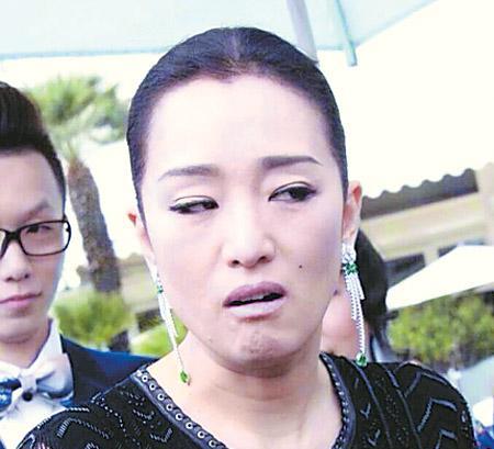 """巩俐亮相戛纳 摆出""""奇迹表情""""好笑搞怪(图)-中新网"""