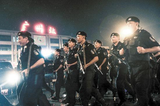 广州市公安局在广州火车站广场开展应急拉练