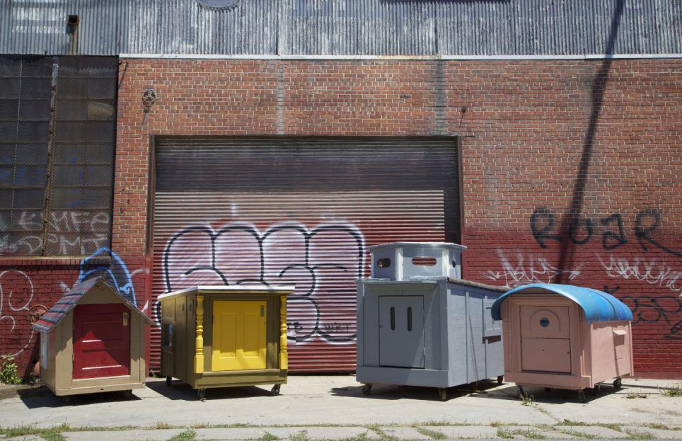 美国加州奥克兰市艺术家格雷格科隆巧用回收垃圾,打造可移动迷你屋。 据英国《每日邮报》5月22日报道,美国加利福尼亚州奥克兰市43岁艺术家格雷格科隆(Greg Kloehn)利用床架、洗衣机门等可回收垃圾,为流浪汉建造可移动的迷你房屋。 只需铁钉、螺钉及胶水等物,科隆便能将床架、洗衣机门、货运板、汽车操纵台等可回收垃圾组合起来,制成可移动的迷你房屋。