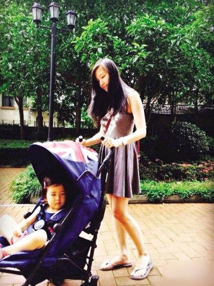 可爱宝宝走路