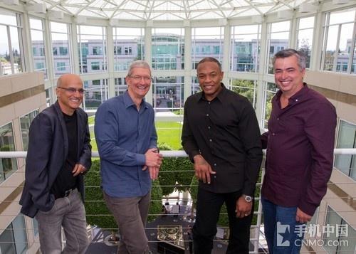 Jimmy Iovine、蒂姆・库克、Dr. Dre和苹果高管Eddy Cue
