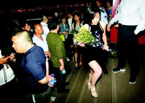 血案发生几天来,很多招远市民自发送来鲜花,悼念逝者。本报记者赵金阳见习记者吕奇摄