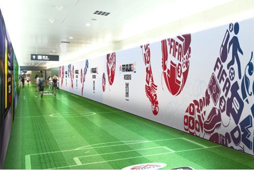 北京一地铁站变身世界杯赛场 球迷特意前往体验